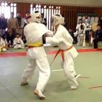 突きと下段で攻める佐藤選手(右)
