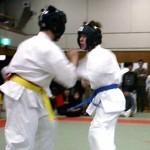 下段廻し蹴りで合わせ1本勝ちをした武井選手(右)