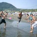 後にある稽古の事はすっかり忘れて海でビーチバレー。進先生が一番大ハシャギしてる?!
