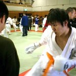 ミットを打ち込む廣田選手。ミットを持つのは小椎尾君。