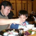 エビ、ホタテ、塩辛(?!)が大好きな将希君。大人顔負けの食欲で大皿の刺身盛り合わせを一人でペロリ。