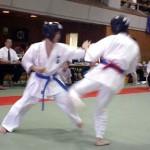 小椎尾選手(左)。気合と気持ちの強さで突きのラッシュは見事でした。
