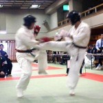 相手の攻撃を落ち着いてさばく田中選手(左)