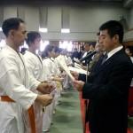 田口支部長より表彰される大島選手、三浦選手。
