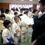 表彰式。 田口支部長に賞状をもらう功成君。