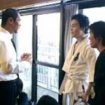 試合を終えて、真剣にアドバイスを聞く冨上選手とセコンドの廣田君。