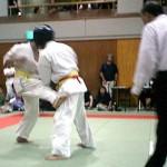 威力のある突きと下段回し蹴りを武器に倒す組手を実践した冨上選手(左)