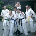 体育館稽古前にまだまだ余裕の表情の道場生達。松田さん、両手に花?それとも・・・