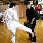 試合直前、セコンドの沼田さんにミットを持ってもらい蹴りを打ち込む。