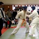 突きと強烈な右下段蹴りで攻め込む橋本選手。