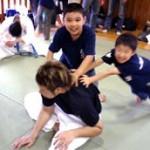 野村亮介6級のストレッチを手伝う勘太君と禎基君。