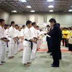 山田雅稔師範より表彰状が手渡される。