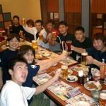 選手、セコンド、応援にかけつけた道場生全員で試合後に「次回も頑張ろう会(?)」開催(須川君どこ見てるの・・・?)