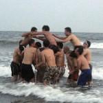 海に飛び込み3チームの騎馬戦。小寺君チームが優勝しました。