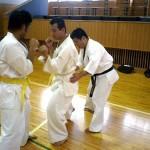 田口支部長の指導を受ける黒岩君。練習相手は野村君。