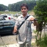 なんと40cm!の虹鱒を釣った興津さん。 この日の大物賞!ちょっと顔が誇らしげです。