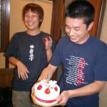 この日は、なんと結婚1周年記念日の小椎尾夫妻。冨上君の粋な計らいでケーキがプレゼントされました。