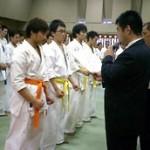 表彰式で田口支部長に賞状をもらう桑野10級。