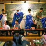 二人羽織でのスイカ早食い競争に出場した増子君と河井君(左端)