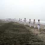 霧の中、浜辺をランニング。