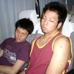 帰りのバス内。海ホタルに寄ったのにも気づかず、爆睡する須川&野村コンビ。