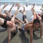 何故かビーチで組体操 1