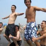 何故かビーチで組体操 2