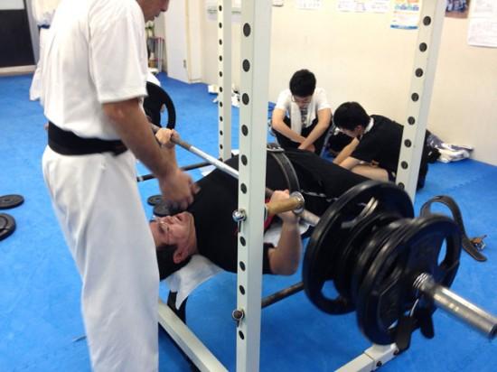 極真会館川崎溝口支部 ベンチプレス100kgに挑む武田さん